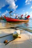 Bateaux de pêche colorés de bois sur la côte d'une plage sablonneuse Th Photo libre de droits