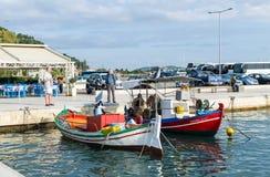 Bateaux de pêche colorés traditionnels dans le port du Katakolo Olimpia, Grèce photos stock