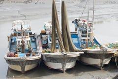 Bateaux de pêche coréens sur la plage sablonneuse Image libre de droits