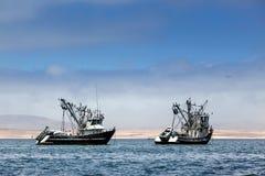 Bateaux de pêche dans la baie Image libre de droits