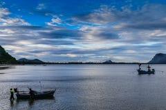 Bateaux de pêche dans la baie Photographie stock