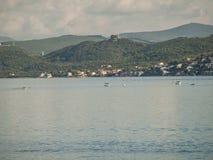 Bateaux de pêche dans la baie de Kotor Photos stock