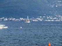 Bateaux de pêche dans la baie de Kotor Images stock