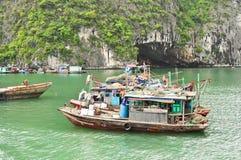 Bateaux de pêche dans le compartiment de Halong Photo libre de droits