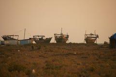 Bateaux de pêche dans le coucher du soleil Photo stock