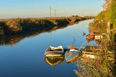 Bateaux de pêche dans le coucher du soleil au-dessus de la rivière, Portugal Images stock