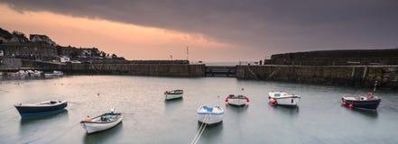 Bateaux de pêche dans le port à la longue image d'exposition de lever de soleil Images libres de droits