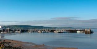 Bateaux de pêche dans le port à marée basse dans Digby, Nova Scotia Photos stock