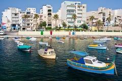 Bateaux de pêche dans le port Images stock