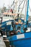 Bateaux de pêche dans le port Photo stock