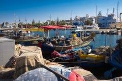 Bateaux de pêche dans le port Image stock