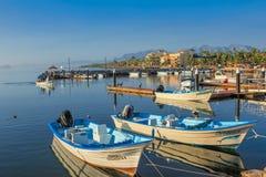 Bateaux de pêche dans le port Photo libre de droits