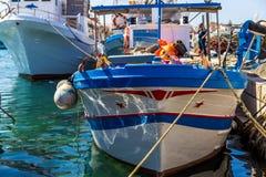 Bateaux de pêche dans le port de Favignana photographie stock libre de droits