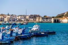 Bateaux de pêche dans le port de Favignana en Sicile Image libre de droits