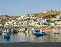 Bateaux de pêche dans le port de Mykonos au coucher du soleil Photographie stock libre de droits