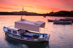 Bateaux de pêche dans le port de Nafplio image stock