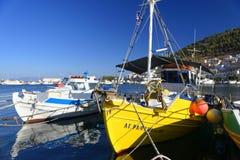 Bateaux de pêche dans le port de Pothia Image libre de droits