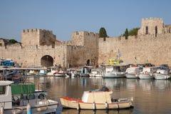 Bateaux de pêche dans le port de Rhodes Photographie stock libre de droits