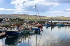 Bateaux de pêche dans le port vallon l'irlande Image libre de droits