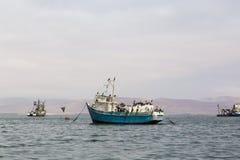 Bateaux de pêche dans Paracas images libres de droits