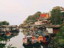 Bateaux de pêche dans un port Photos libres de droits