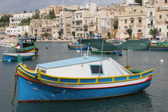Bateaux de pêche de Luzzu dans la crique Malte de Kalkara Images libres de droits