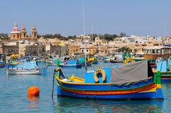 Bateaux de pêche de Malte dans le village de Marsaxlokk Photographie stock libre de droits