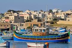 Bateaux de pêche de Malte dans le village de Marsaxlokk Image libre de droits