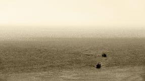 Bateaux de pêche, de nouveau au port, tonalité de sépia photo stock