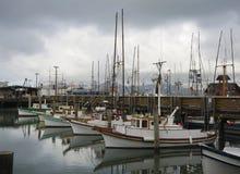 Bateaux de pêche du quai du pêcheur Photos stock
