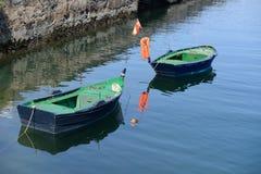 Bateaux de pêche en bois amarrés à la couchette Photo libre de droits
