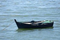 Bateaux de pêche en bois amarrés Images libres de droits