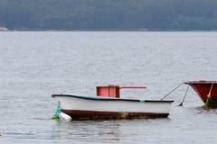 Bateaux de pêche en bois amarrés Photo stock