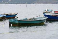 Bateaux de pêche en bois amarrés Photographie stock