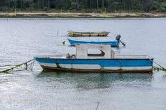 Bateaux de pêche en bois amarrés Images stock