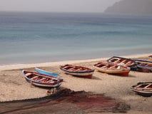 Bateaux de pêche en bois artisanaux dans le sao Vicente, une des îles de Cap Vert photos libres de droits