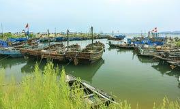 Bateaux de pêche en bois au pilier Photographie stock libre de droits