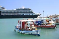 Bateaux de pêche en bois colorés dans le port grec Images stock
