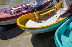 Bateaux de pêche en bois colorés un jour ensoleillé Photographie stock libre de droits
