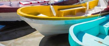 Bateaux de pêche en bois colorés un jour ensoleillé Photographie stock