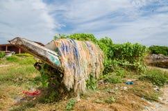 Bateaux de pêche en bois envahis et cassés colorés avec des filets et pièges dans l'environnement luxuriant, côte de la Gambie, A Image libre de droits