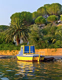 Bateaux de pêche en bois jaunes sur la ligne Corfou Photographie stock libre de droits