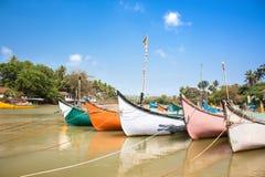 Bateaux de pêche en bois sur le delta du fleuve de Baga Photographie stock