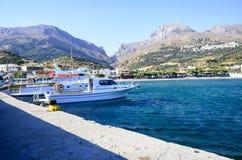 Bateaux de pêche en Crète photographie stock libre de droits