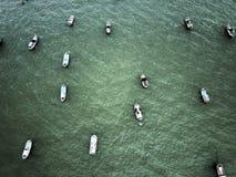 Bateaux de pêche en haute mer photographie stock