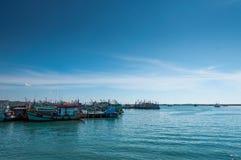 Bateaux de pêche en mer photo stock