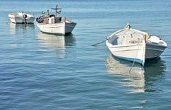 Bateaux de pêche en mer Images stock