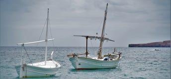 Bateaux de pêche en mer Image stock
