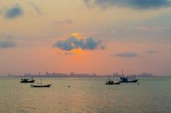 Bateaux de pêche en mer. Au lever de soleil Hua Hin Thailand Images libres de droits