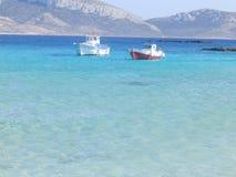 Bateaux de pêche en mer bleue photos stock